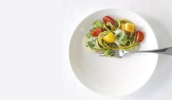 Utiliza en tu casa platos pequeños (en tamaño) así tu cerebro interpreta el plato lleno como mayor cantidad y tu obtienes saciedad más rápidamente.